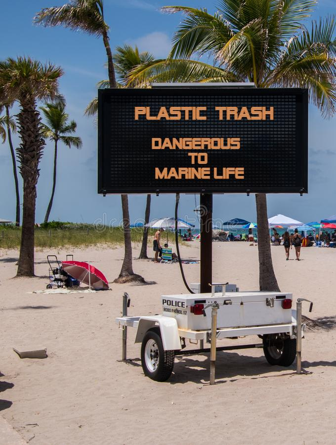Wisząca ozdoba znak na plażowym ostrzeżeniu że klingeryt jest niebezpieczny morski życie obraz stock