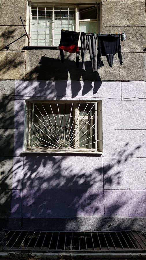Wisząca pralnia suszy na arkanie między okno obraz royalty free