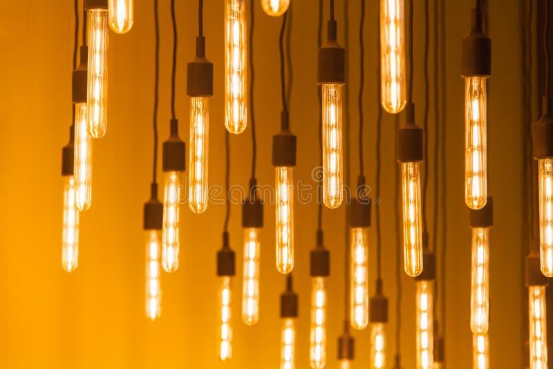 Wiszące rozjarzone lampy na żółtym tle zdjęcie royalty free