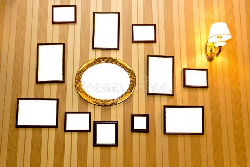 Wiszący puści photoframes obrazy royalty free