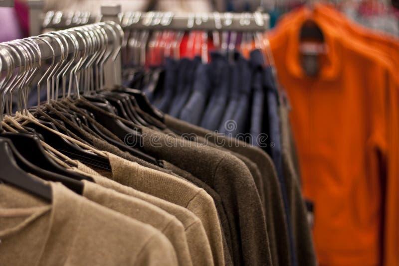 wiszący stojaków koszula sklepu pulowery fotografia royalty free