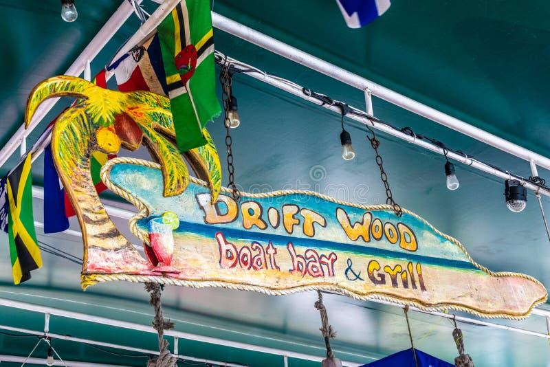 Wiszący znak przy Driftwood Łódkowaty Prętowym grillem na Maho plaży w Simpson zatoce i, Sint Maarten zdjęcie royalty free