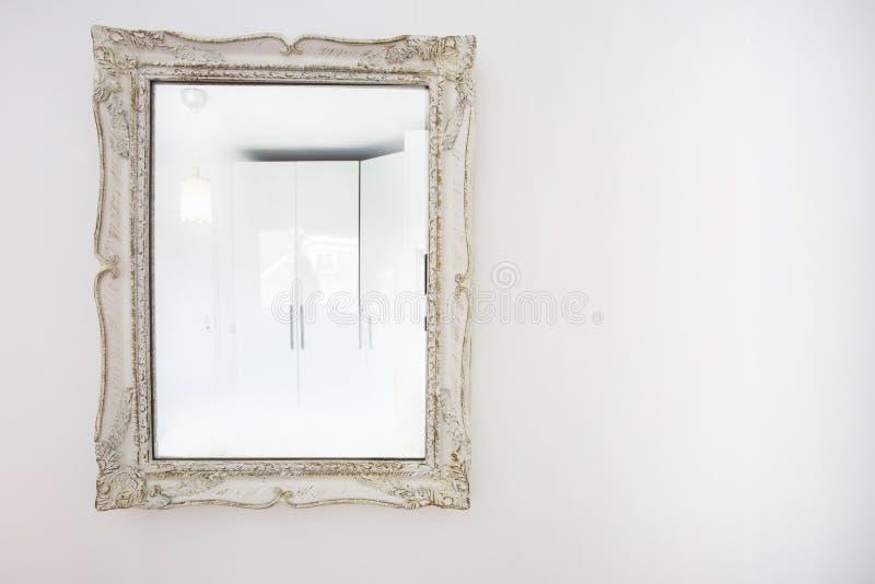 Wit antiek uitstekend spiegel houten kader op witte muur royalty-vrije stock fotografie