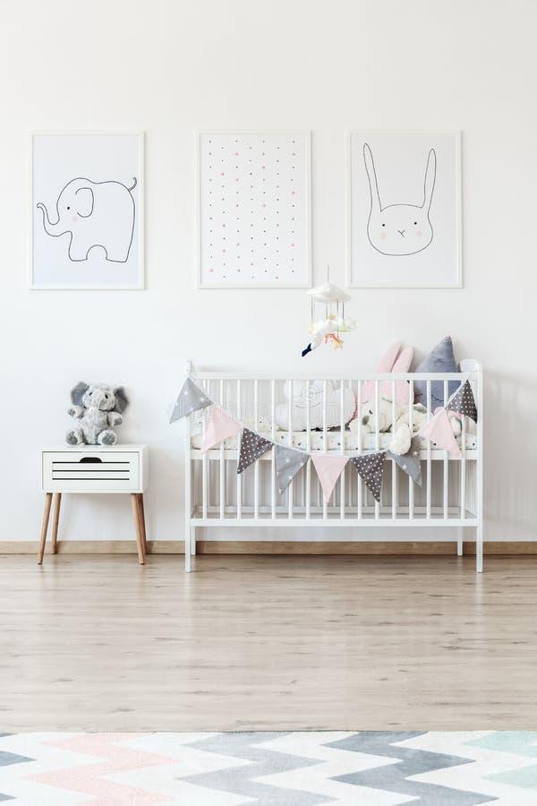 Wit baby` s bed met banner stock fotografie