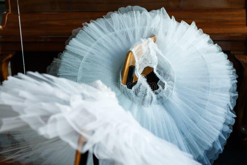 Wit balletpak op de stoel royalty-vrije stock afbeelding