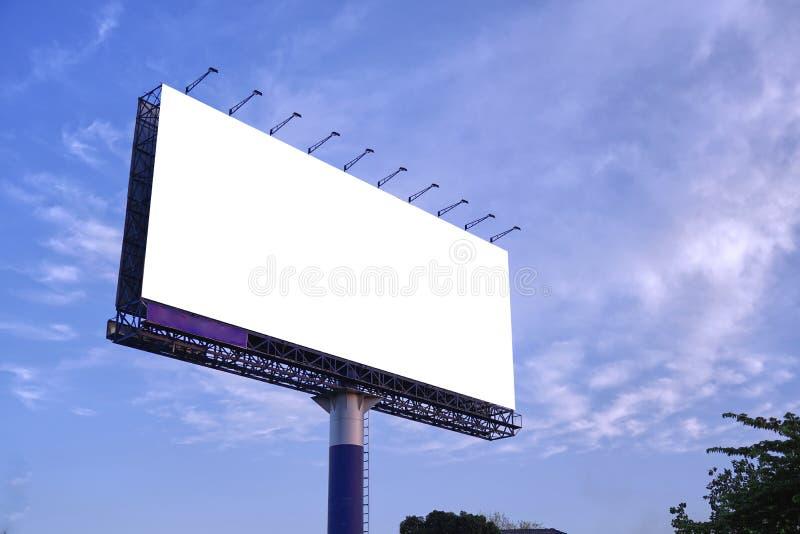 Wit banneraanplakbord openlucht op hemel royalty-vrije stock afbeelding