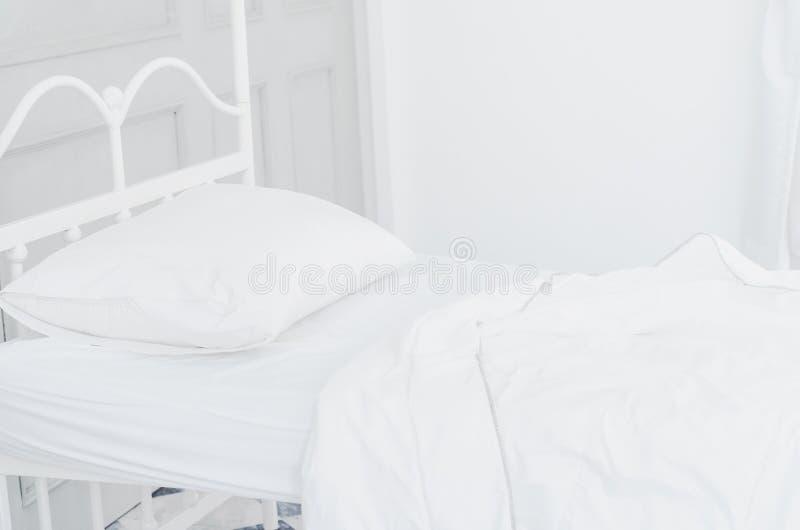 Wit bed in de slaapkamer stock afbeeldingen