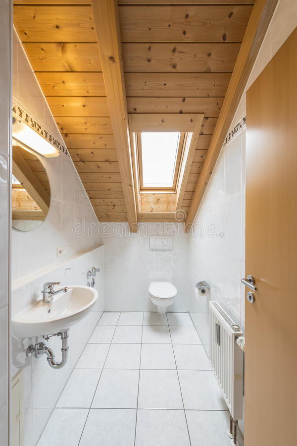 Wit betegeld toilet stock afbeelding afbeelding bestaande for Toilet betegeld