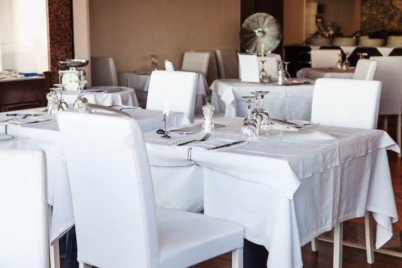 Wit binnenland van Siciliaans restaurant stock fotografie