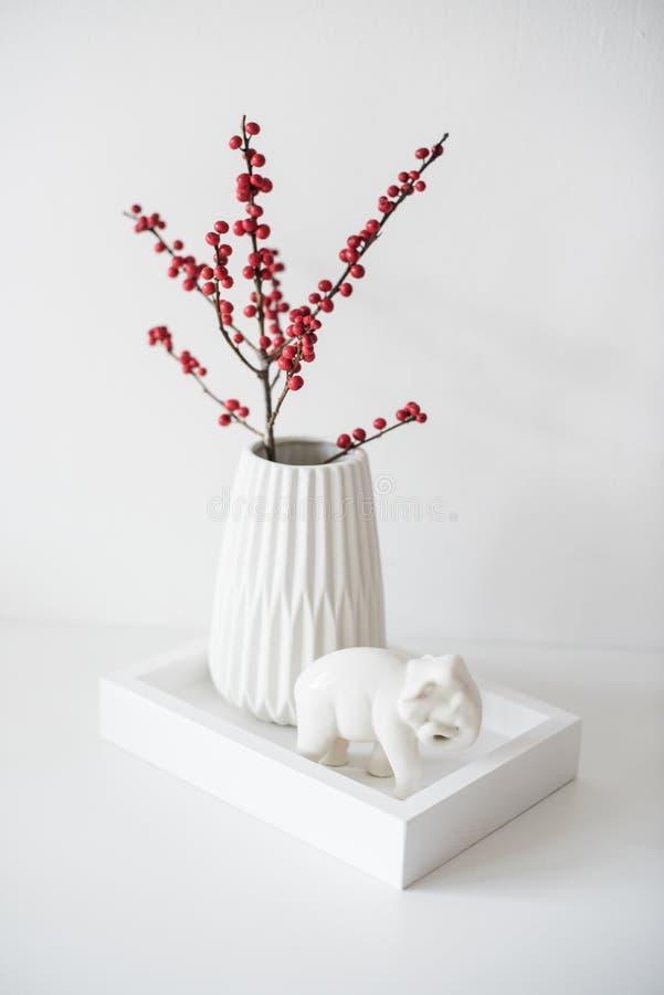Wit binnenlands decor met tak in vaas, minimalistisch zenhuis DE stock foto