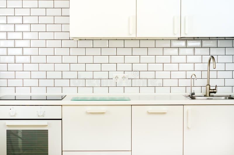 Wit binnenlands ontwerp, moderne en minimalistische stijlkeuken met huishoudapparaten Open plek in woonkamerhoogtepunt van royalty-vrije stock foto