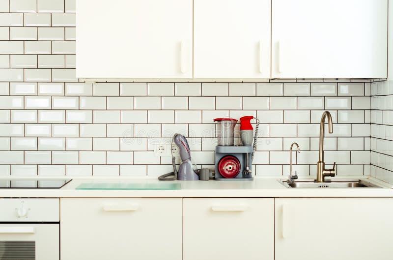 Wit binnenlands ontwerp, moderne en minimalistische stijlkeuken met huishoudapparaten Open plek in woonkamerhoogtepunt van royalty-vrije stock foto's