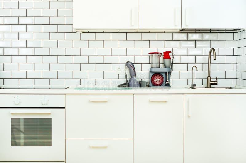 Wit binnenlands ontwerp, moderne en minimalistische stijlkeuken met huishoudapparaten Open plek in woonkamerhoogtepunt van stock foto