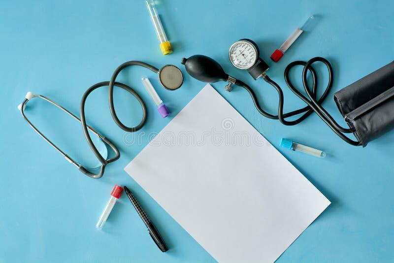 Wit bladdocument met zwarte pen en gekleurde verschillende pillen stock afbeelding