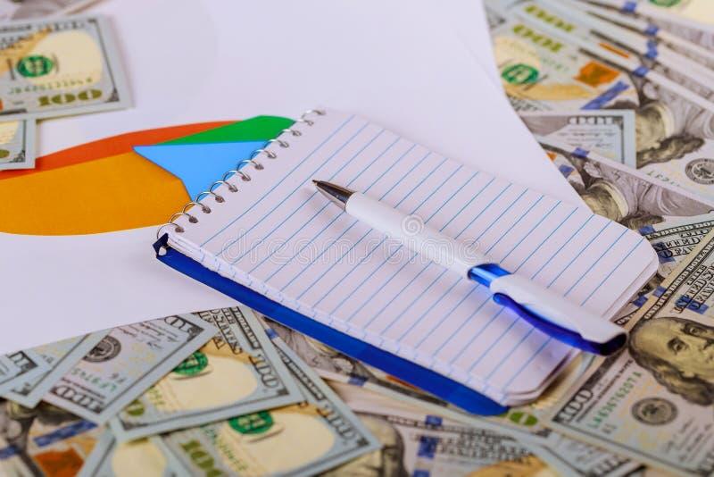 Wit blocnote en geld op witte achtergrond Bedrijfs concept stock fotografie