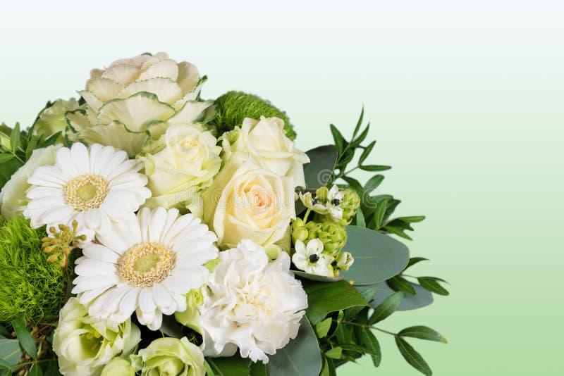 Wit boeket van verse bloemen op groene achtergrond royalty-vrije stock foto