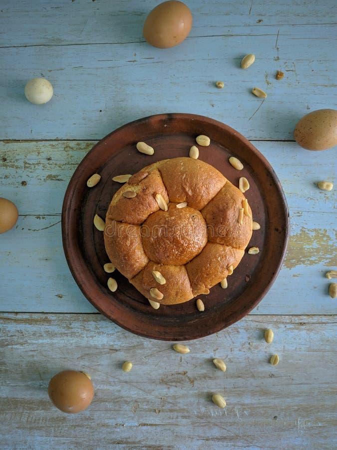 Wit brood met noten op kleiplaat royalty-vrije stock fotografie