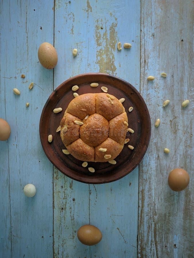Wit brood met noten op kleiplaat stock afbeeldingen