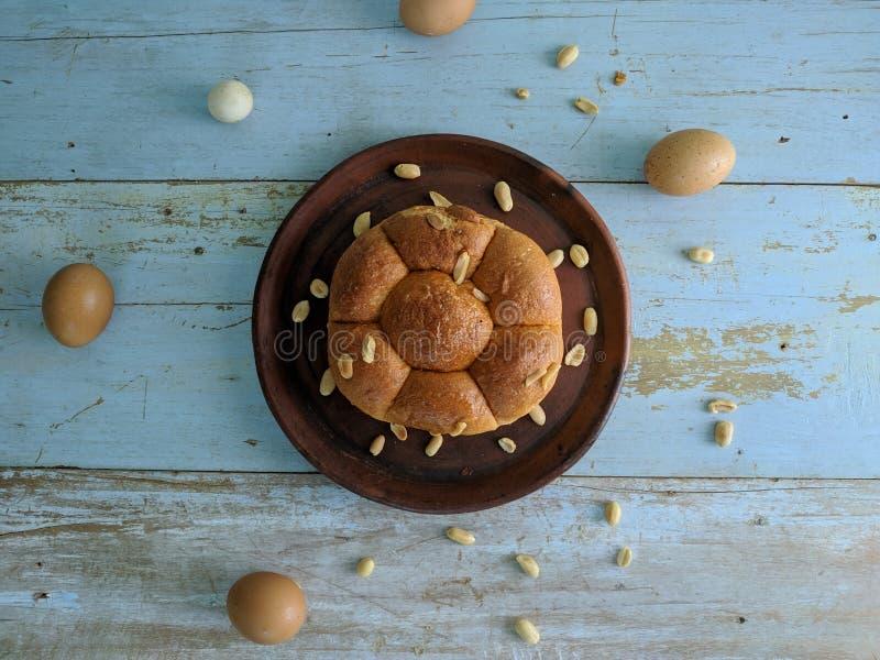 Wit brood met noten op kleiplaat royalty-vrije stock afbeeldingen