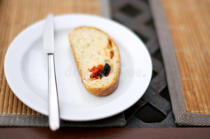 Wit brood met olijf en peper stock afbeeldingen