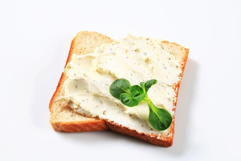 Wit brood met uitgespreide kaas stock foto