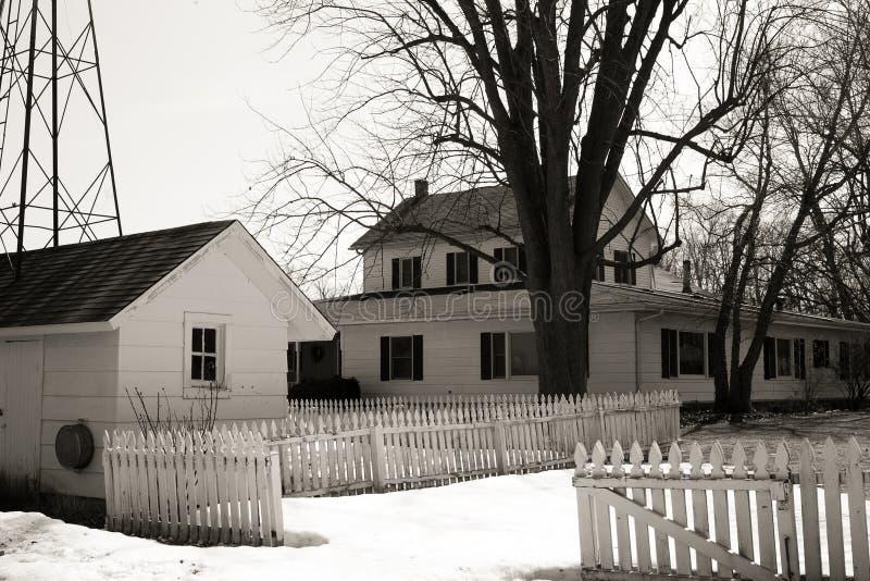 Wit buitenhuis in de winter royalty-vrije stock fotografie