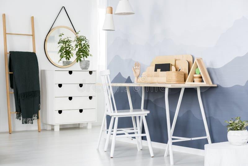 Wit bureau in huisbureau royalty-vrije stock afbeeldingen