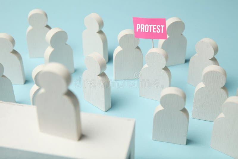 Wit cijfer van activist bij verzameling, protestconcept Boze mensen met eisen Demonstratie, staking, feministes royalty-vrije stock foto