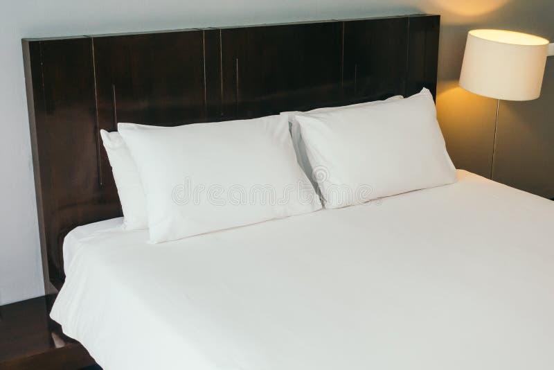 Wit comfortabel hoofdkussen op bed stock foto