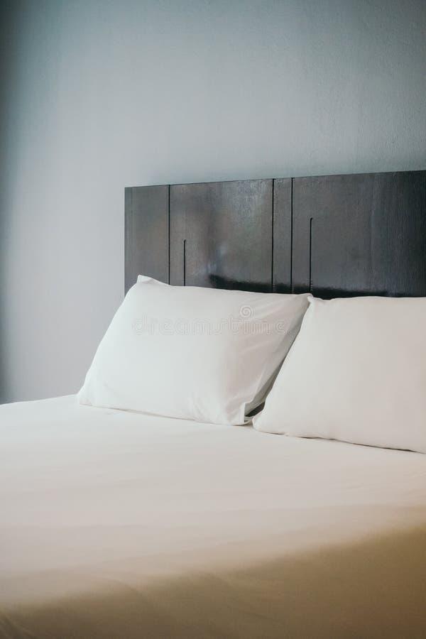 Wit comfortabel hoofdkussen op bed royalty-vrije stock afbeeldingen