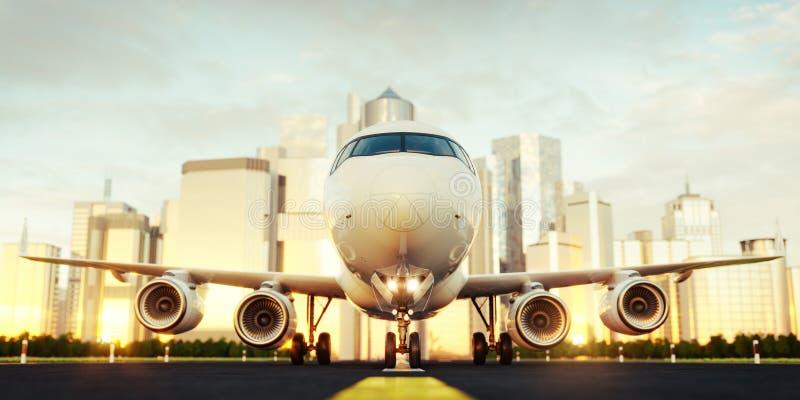 Wit commercieel vliegtuig die zich op de luchthavenbaan bij wolkenkrabbers van een stad bevinden royalty-vrije stock fotografie