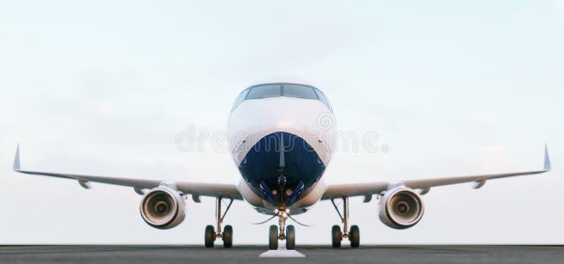 Wit commercieel vliegtuig die zich op de luchthavenbaan bij zonsondergang bevinden Het vooraanzicht van passagiersvliegtuig gaat  stock foto