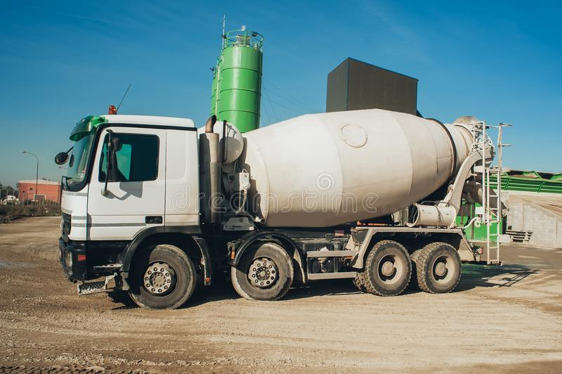 Wit concrete mixervoertuig op de bouwwerf stock afbeelding