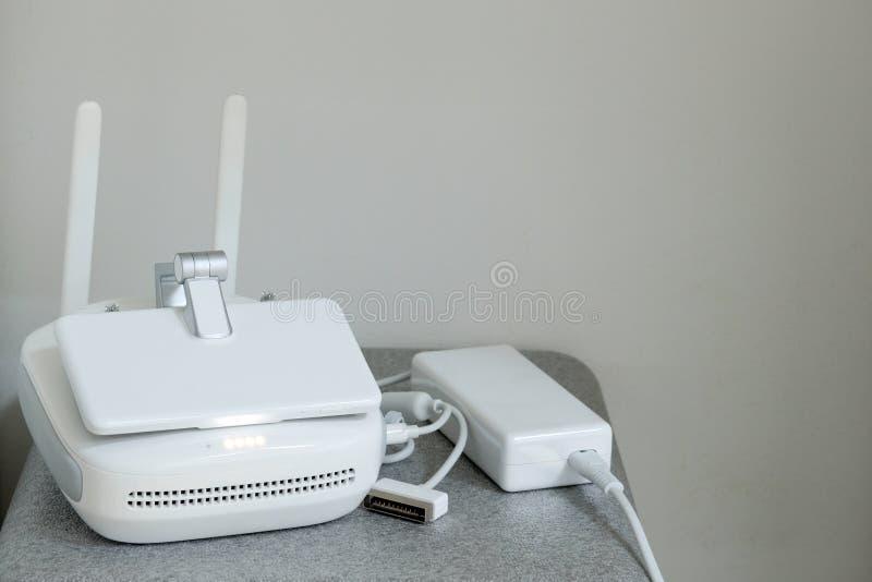 Wit controlebord van vliegtuigenhommels met antennes en gesloten monitor bij het laden De ruimte van het exemplaar Volledig nivea royalty-vrije stock afbeeldingen
