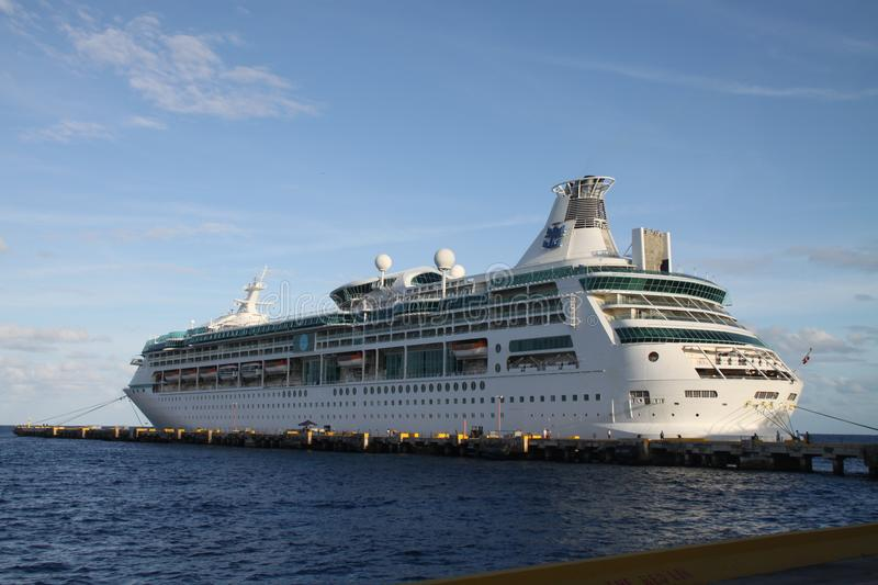 Wit cruiseschip in Mexicaanse haven royalty-vrije stock foto's