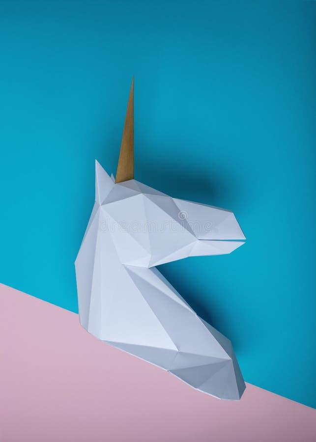 Wit 3d papercraftmodel van eenhoornhoofd op heldere achtergrond Minimaal Art Concept stock afbeelding