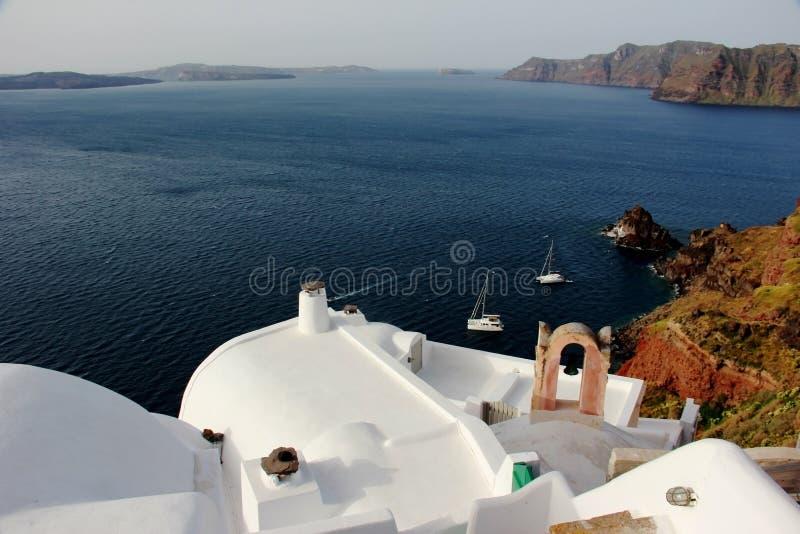 Wit dak, terrece op gebouwen in Oia, Santorini, Griekenland stock foto's