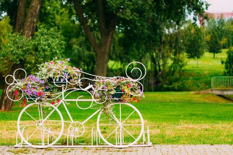 Wit Decoratief Fietsparkeren in Tuin royalty-vrije stock fotografie