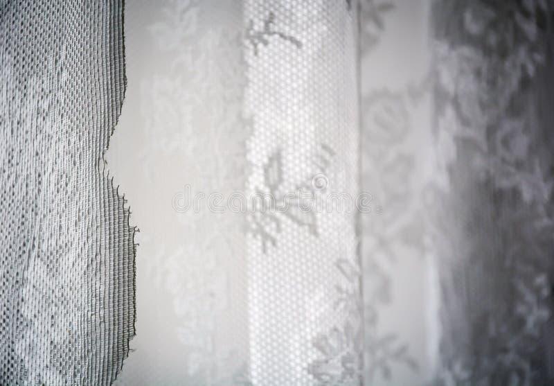Wit die gordijn met genaaid bloemenpatroon in kant wordt verfraaid royalty-vrije stock afbeelding