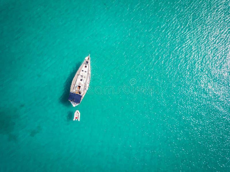 Wit die jacht op Adriatische Overzees, Italië wordt aangelegd stock foto