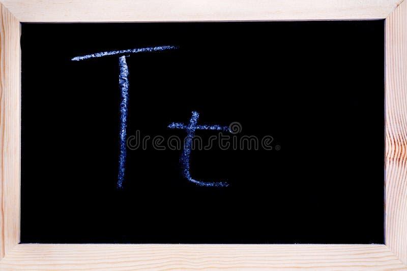 Wit die krijt op een bord wordt geschreven stock foto's