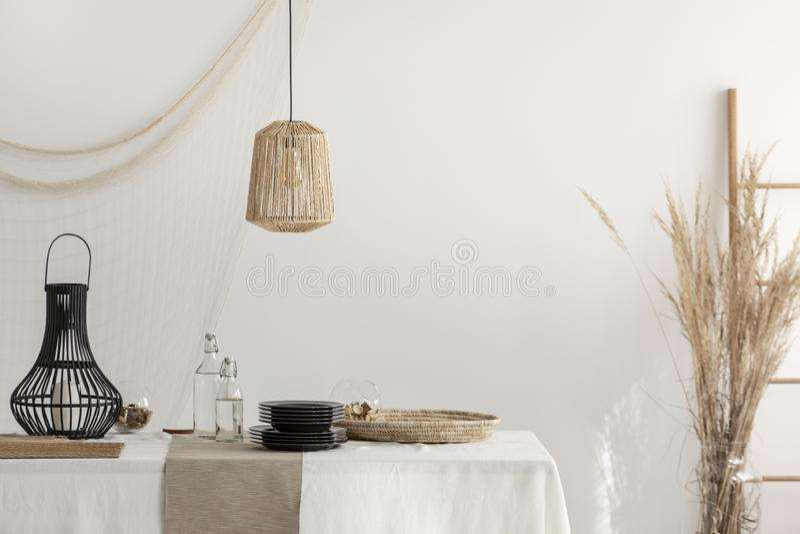 Wit eetkamerbinnenland met beige decoratie royalty-vrije stock foto's