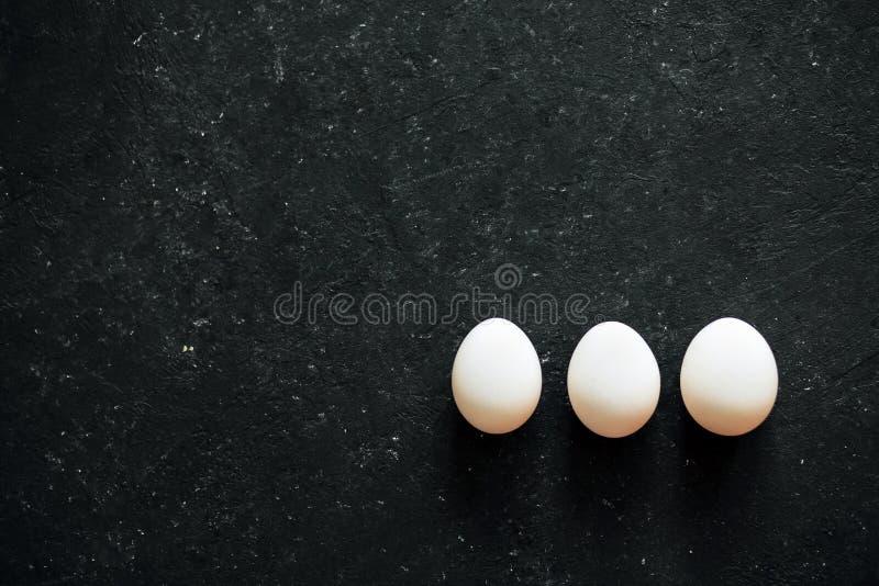 Wit ei op zwarte achtergrond stock foto's