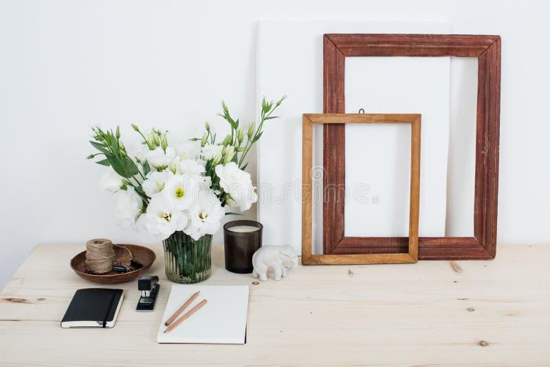 Wit eigentijds vrouwelijk het werkbureau met bloemen stock fotografie