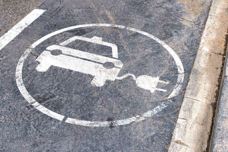 Wit elektrisch auto het laden postteken op de weg Concept ecologisch elektrisch vervoer royalty-vrije stock foto's