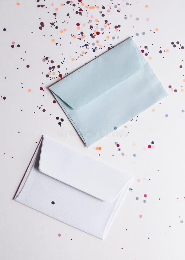 Wit en grijs wikkelt op lichte feestelijke achtergrond royalty-vrije stock afbeelding