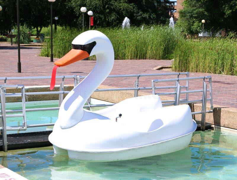 Wit en Oranje Duck Paddle Boat royalty-vrije stock foto