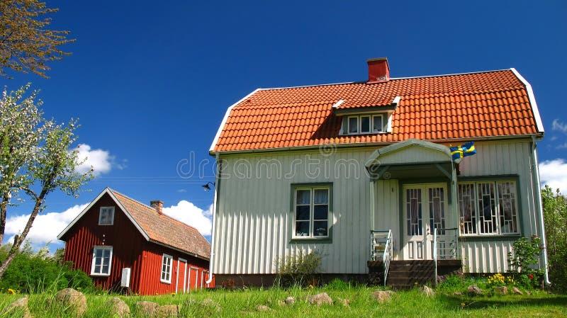 Wit en rood huis stock afbeelding
