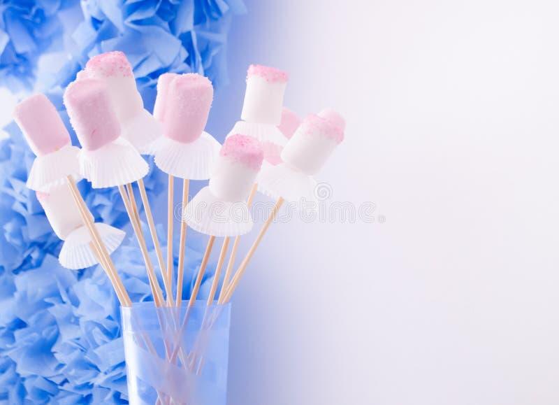 Wit en Roze Heemstsuikergoed op Stokken met Witte Bakselkoppen Het Voedsel en de Decoratie van de jonge geitjespartij royalty-vrije stock fotografie