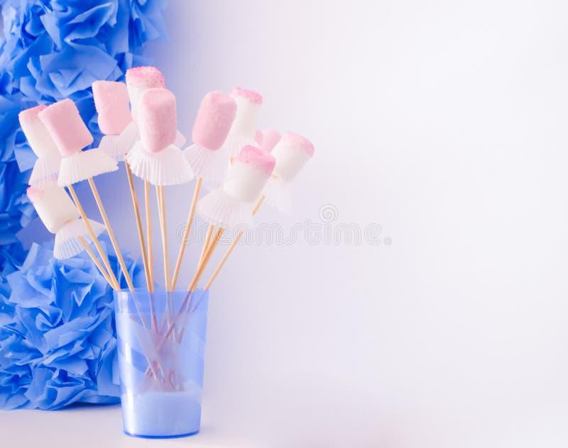Wit en Roze Heemstsuikergoed op Stokken met Witte Bakselkoppen Het Voedsel en de Decoratie van de jonge geitjespartij royalty-vrije stock foto's